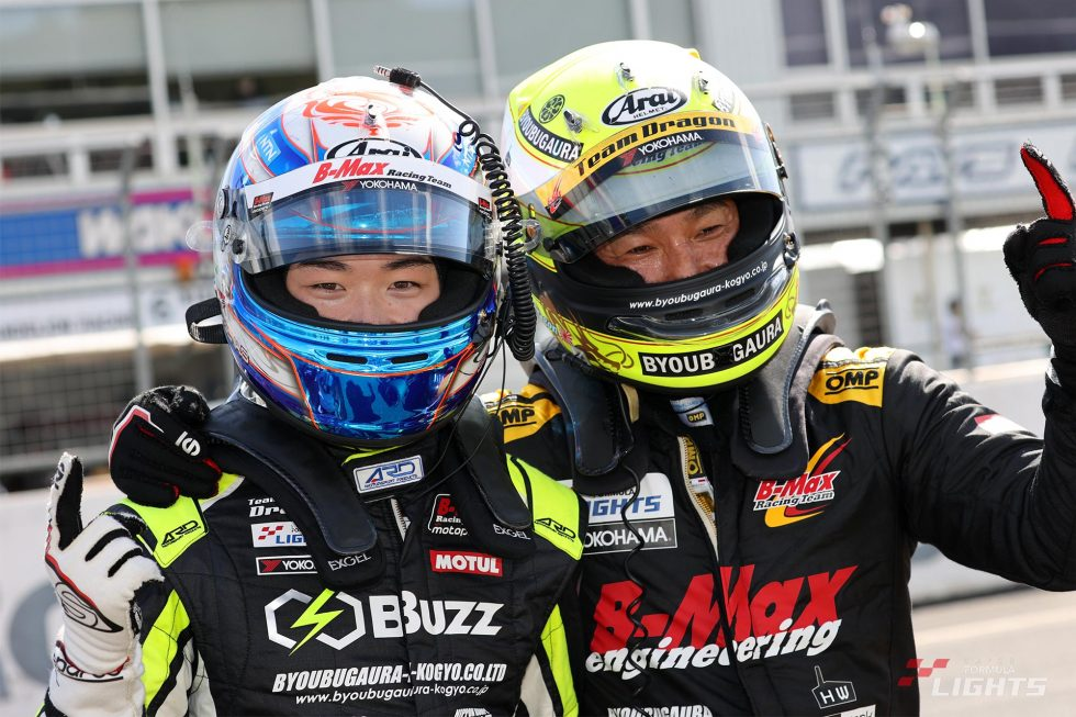 阪口晴南(Buzz Racing with B-MAX)とマスタークラス優勝のDRAGON(TEAM DRAGON SFL)
